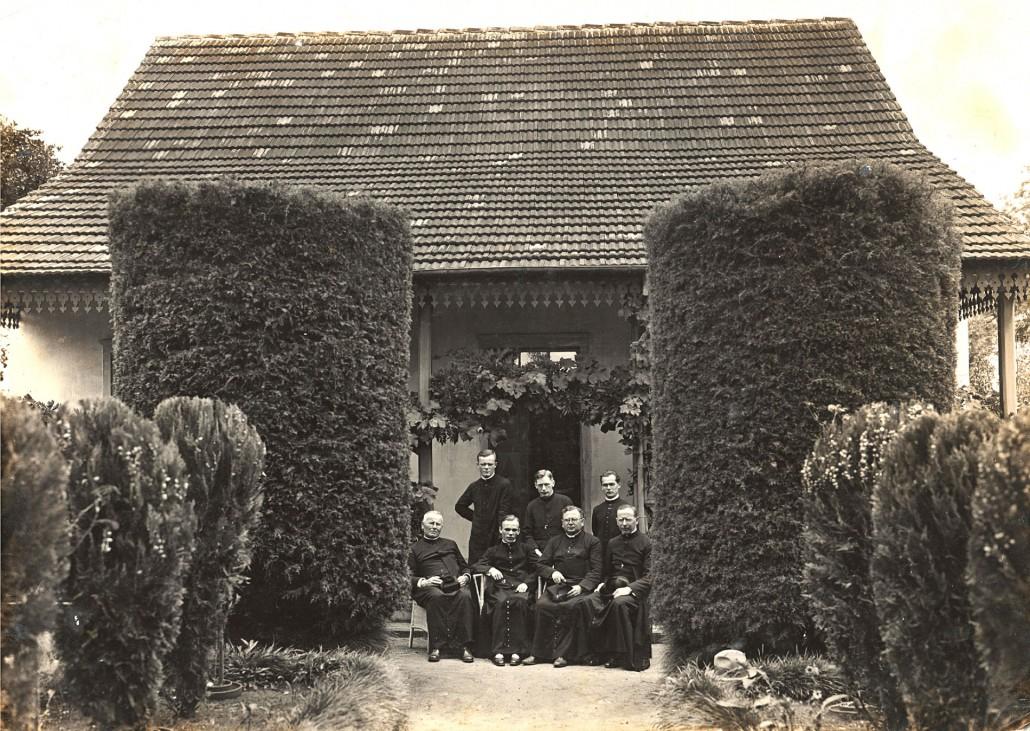 Padre WISLINSKI em frente a primeira casa paroquial da colônia Santa Cândida - Dia da 1ª Missa Pe. Starzynski.